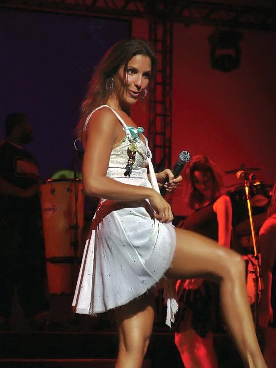 Ivete Sangalo! Explosão no palco! E lindas pernas!